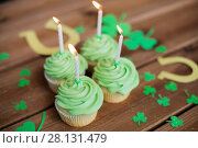 Купить «green cupcakes, horseshoes and shamrock», фото № 28131479, снято 31 января 2018 г. (c) Syda Productions / Фотобанк Лори