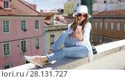 Купить «Young pretty girl makes selfie photo and talking on a mobile phone in an urban environment», видеоролик № 28131727, снято 25 апреля 2017 г. (c) Алексей Кузнецов / Фотобанк Лори