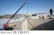 Купить «Crane on construction site - creating straw-wood building», видеоролик № 28138011, снято 18 августа 2019 г. (c) Константин Шишкин / Фотобанк Лори