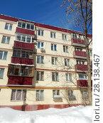 Купить «Пятиэтажный кирпичный жилой дом, построен в 1960 году. Улица Новая Башиловка, 10. Район Беговой. Москва», эксклюзивное фото № 28138467, снято 6 марта 2018 г. (c) lana1501 / Фотобанк Лори