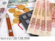 Купить «Российские деньги, графики, калькулятор и ручка», эксклюзивное фото № 28138999, снято 6 апреля 2017 г. (c) Юрий Морозов / Фотобанк Лори