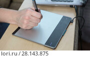 Купить «Рисование пером на графическом планшете, крупный план», видеоролик № 28143875, снято 5 марта 2018 г. (c) Кекяляйнен Андрей / Фотобанк Лори