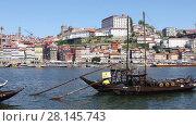 Купить «PORTO - APRIL 08: Panoramic view of traditional Portuguese boats for transporting barrels of port wine. April 08, 2017 in Porto, Portugal», видеоролик № 28145743, снято 8 апреля 2017 г. (c) Алексей Кузнецов / Фотобанк Лори