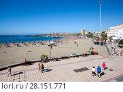 Крупный городской пляж Playa de Las Vistas в городе Los Cristianos. Атлантический океан, остров Тенерифе, Канары, Испания (2016 год). Редакционное фото, фотограф Кекяляйнен Андрей / Фотобанк Лори