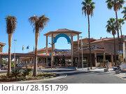 Купить «Здание гостиничного комплекса и апартаментов Vistasur Apartments около пляжа Playa de la Americas. Город Лос Кристианос. Остров Тенерифе, Канары, Испания», фото № 28151799, снято 1 января 2016 г. (c) Кекяляйнен Андрей / Фотобанк Лори