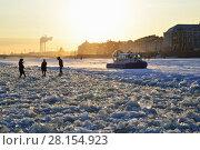 Купить «Спасательный катер на воздушной подушке МЧС на закате предупреждает пешеходов об опасности перехода реки Невы по льду в марте в Санкт-Петербурге», фото № 28154923, снято 7 марта 2018 г. (c) Максим Мицун / Фотобанк Лори