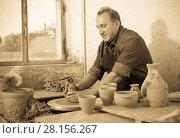 Купить «Elderly master at the pottery workshop», фото № 28156267, снято 12 октября 2016 г. (c) Яков Филимонов / Фотобанк Лори