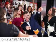 Купить «Guy expressively dancing in bar», фото № 28163423, снято 29 ноября 2017 г. (c) Яков Филимонов / Фотобанк Лори