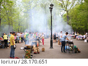 Купить «MOSCOW - MAY 08, 2016: Vacationers people make shashlik in the barbecue area in Ostankino park», фото № 28170651, снято 8 мая 2016 г. (c) Losevsky Pavel / Фотобанк Лори