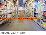 Купить «Orange bounding tape in empty modern big store with hygiene goods», фото № 28171839, снято 27 апреля 2016 г. (c) Losevsky Pavel / Фотобанк Лори