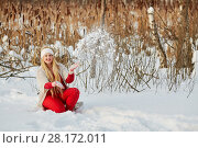 Купить «Smiling woman sits squatted in snowbank and throws snow up in winter park», фото № 28172011, снято 15 января 2016 г. (c) Losevsky Pavel / Фотобанк Лори