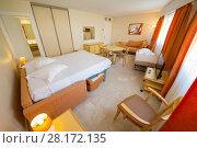 Купить «Empty hotel light room with white double bed, sofa and dining table», фото № 28172135, снято 28 июля 2016 г. (c) Losevsky Pavel / Фотобанк Лори
