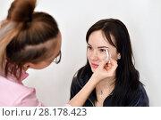 Купить «makeup artist paints eyebrows for young girl», фото № 28178423, снято 14 марта 2018 г. (c) Володина Ольга / Фотобанк Лори