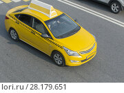 Купить «Yellow taxi moves on the city», фото № 28179651, снято 25 июля 2016 г. (c) Юрий Бизгаймер / Фотобанк Лори