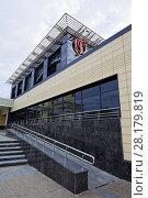 Купить «Омск,пандус для инвалидных колясок возле нового здания Концертного зала Омской филармонии», фото № 28179819, снято 16 сентября 2015 г. (c) Круглов Олег / Фотобанк Лори