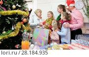 Купить «Happy family is meeting for celebration New Year together at home.», видеоролик № 28184935, снято 17 января 2018 г. (c) Яков Филимонов / Фотобанк Лори