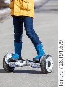 Купить «Ребенок на гироскутере, крупный план ног», фото № 28191679, снято 17 марта 2018 г. (c) Кекяляйнен Андрей / Фотобанк Лори