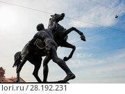 """Купить «Скульптура """"Юноша, берущий коня под уздцы"""" на Аничковском мосту через реку Фонтанку, созданная русским скульптором бароном Петром Клодтом», фото № 28192231, снято 18 августа 2017 г. (c) Pukhov K / Фотобанк Лори"""