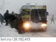 Купить «Пассажиры садятся в автобус во время снегопада», фото № 28192415, снято 26 декабря 2017 г. (c) А. А. Пирагис / Фотобанк Лори