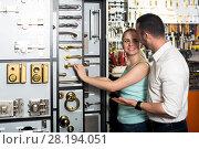 Купить «Man and woman picking door lintel», фото № 28194051, снято 23 февраля 2019 г. (c) Яков Филимонов / Фотобанк Лори