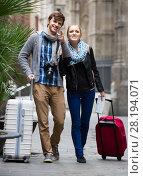 Купить «Two travellers with digital camera walking through city street», фото № 28194071, снято 26 июня 2019 г. (c) Яков Филимонов / Фотобанк Лори