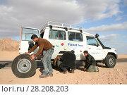 Замена колеса на джипе (2008 год). Редакционное фото, фотограф Скалдина Мария / Фотобанк Лори