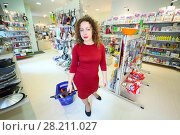 MOSCOW - OCT 14, 2016: Woman (with model release) with shopping cart in Goods for Home shop. Редакционное фото, фотограф Losevsky Pavel / Фотобанк Лори