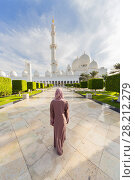 Купить «ABU DHABI, UAE - JAN 18, 2017: Woman and Sheikh Zayed Mosque is one of six largest mosques in world, mosque was officially opened in 2007», фото № 28212279, снято 18 января 2017 г. (c) Losevsky Pavel / Фотобанк Лори