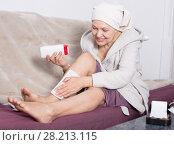 Купить «Woman doing body hair removal», фото № 28213115, снято 21 марта 2017 г. (c) Яков Филимонов / Фотобанк Лори