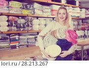Купить «Customer showing bought home textiles», фото № 28213267, снято 15 февраля 2017 г. (c) Яков Филимонов / Фотобанк Лори