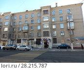 Купить «Пятиэтажный трёхподъездный кирпичный жилой дом серии II-03, построен в 1957 году. Хорошёвское шоссе, 82, корпус 7. Хорошевский район. Город Москва», эксклюзивное фото № 28215787, снято 20 марта 2018 г. (c) lana1501 / Фотобанк Лори