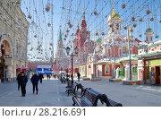 Купить «Москва. Никольская улица в праздничном оформлении», фото № 28216691, снято 19 марта 2018 г. (c) Елена Коромыслова / Фотобанк Лори
