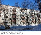Купить «Пятиэтажный четырёхподъездный кирпичный жилой дом серии I-511, построен в 1958 году. Улица Куусинена, 6 корпус 7. Хорошевский район. Город Москва», эксклюзивное фото № 28219315, снято 20 марта 2018 г. (c) lana1501 / Фотобанк Лори