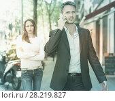 Купить «Man ignoring frustrated girl», фото № 28219827, снято 11 апреля 2017 г. (c) Яков Филимонов / Фотобанк Лори