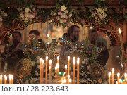 Купить «Вечерня в Успенском храме Новодевичьего монастыря в великий пост, фокус на лампаде», эксклюзивное фото № 28223643, снято 14 апреля 2017 г. (c) Дмитрий Неумоин / Фотобанк Лори