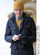 Купить «Man with a tablet», фото № 28223791, снято 10 марта 2018 г. (c) Stockphoto / Фотобанк Лори
