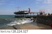 Купить «Крым, набережная города Ялта. Люди смотрят на волны», видеоролик № 28224327, снято 16 августа 2017 г. (c) Яна Королёва / Фотобанк Лори