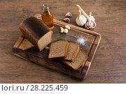 Купить «Черный хлеб, соль, подсолнечное масло, чеснок», фото № 28225459, снято 25 марта 2018 г. (c) Охотникова Екатерина *Фототуристы* / Фотобанк Лори