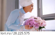 Купить «Muslim bride in blue wedding dress for nikah, smelling flowers», видеоролик № 28225575, снято 25 апреля 2018 г. (c) Константин Шишкин / Фотобанк Лори