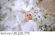Beautiful muslim bride in white wedding dress and bridal headdress. Стоковое видео, видеограф Константин Шишкин / Фотобанк Лори