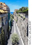 Улица Via Luigi de Maio. Сорренто. Италия (2017 год). Редакционное фото, фотограф Николай Коржов / Фотобанк Лори