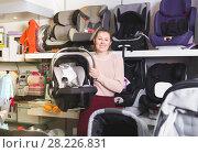 Купить «female buyer with infant's car cradle», фото № 28226831, снято 19 декабря 2017 г. (c) Яков Филимонов / Фотобанк Лори
