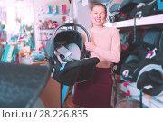 Купить «consumer with infant's car cradle», фото № 28226835, снято 19 декабря 2017 г. (c) Яков Филимонов / Фотобанк Лори