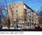 Купить «Пятиэтажный трехподъездный кирпичный жилой дом серии I-511 (построен в 1963 году). Первомайская улица, 77. Район Измайлово. Москва», эксклюзивное фото № 28227575, снято 25 марта 2018 г. (c) lana1501 / Фотобанк Лори