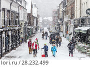 Купить «Lewes high street during a snow flurry, Lewes, East Sussex, UK.», фото № 28232499, снято 27 февраля 2018 г. (c) age Fotostock / Фотобанк Лори
