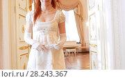 Купить «Beautiful woman in a ball gown opens the door», видеоролик № 28243367, снято 24 марта 2019 г. (c) Константин Шишкин / Фотобанк Лори