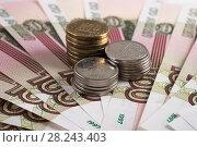 Купить «Монеты на фоне российских рублей», фото № 28243403, снято 13 августа 2017 г. (c) Литвяк Игорь / Фотобанк Лори