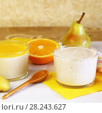 Еда. Свежие груши, апельсины и Панна-котта на завтрак. Итальянский молочный цитрусовый десерт из йогурта и сливок с грушей и апельсином. Стоковое фото, фотограф Светлана Евграфова / Фотобанк Лори