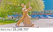 """Купить «Россия, Уральский федеральный округ, Сибирь, Тюменская область, Тюмень, Скульптура """" Танцуйте и будьте счастливы""""», эксклюзивное фото № 28248707, снято 18 мая 2016 г. (c) Александр Циликин / Фотобанк Лори"""