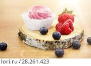 Купить «zephyr or marshmallow with berries on stand», фото № 28261423, снято 8 мая 2017 г. (c) Syda Productions / Фотобанк Лори